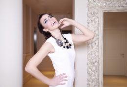 Foto in make-up Biljana Babič, obleka in nakit Pentlja concept store