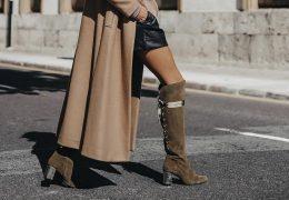 Tri ženstvene kombinacije z visokimi škornji