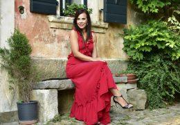 Stajling dneva: rdeča obleka z volančki