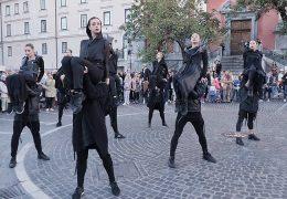 Ljubljanski baletniki v oblačilih La Haine Inside Us
