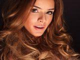 Najbolj modna barva las te pomladi: karamelno kostanjeva