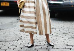 Eleganca v lahkotnih hlačah na črte