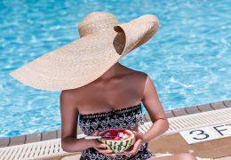 Veliki klobuki na ulicah in plaži