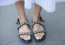Kristali čudovita dekoracija tudi na sandalih