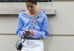 Modra srajca ostaja ključni element dnevne podobe