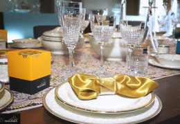 Popestrite praznično mizo s čudovitim kristalom