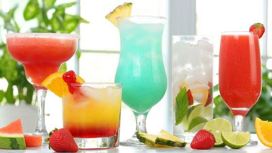 Osvežitev in zabava v družbi petih poletnih koktajlov